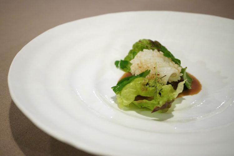 Zuppetta di lumache del Beigua, seppia di nassa rosticciata, insalatina aromatica
