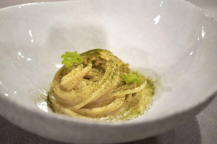 Spaghetti al burro acido, tartare di gambero viola di Santa Margherita, polvere di verbena, tè Shincha