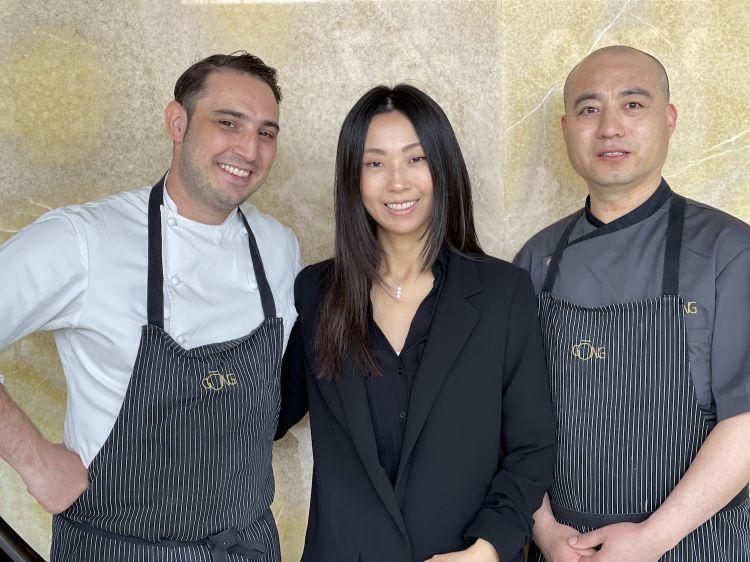 La titolare di Gong, Giulia Liu, insieme allo chef Gugliemo Paolucci e al sousZuo Cuibing