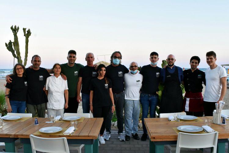 L'equipaggio di Oasi Osteria del Mare. Nove persone fisse tra sala e cucina che, in alta stagione, arrivano a 20-22 persone
