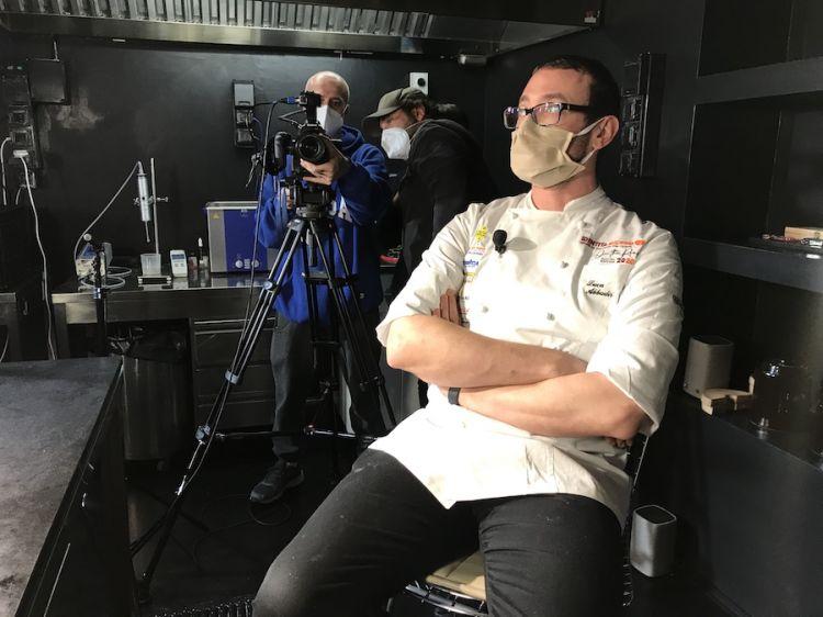 Luca Abbadir, lo chef ombra di Cedroni alla Madonnina del Pescatore, durante le registrazioni per Identità on the road 2020