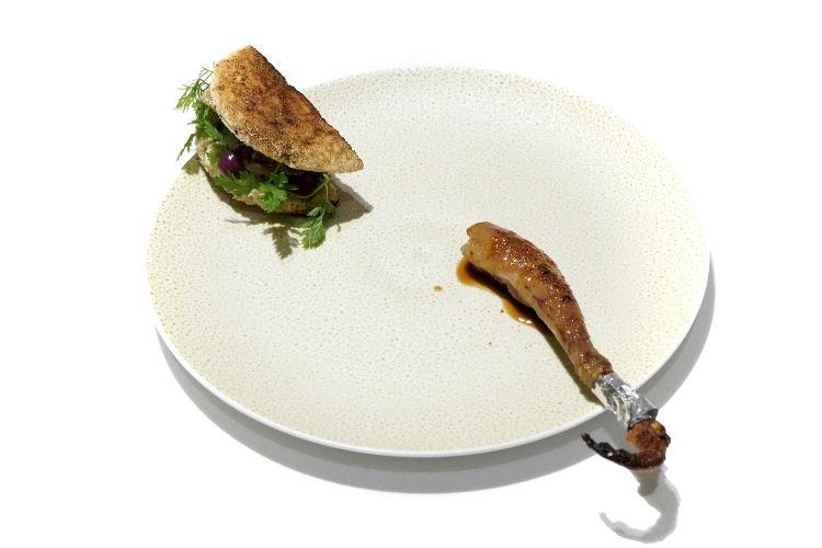 La coscia è servita a parte, con un sandwich di mousse di fegatini di piccione, nocciole, marmellata di uva e tartufo