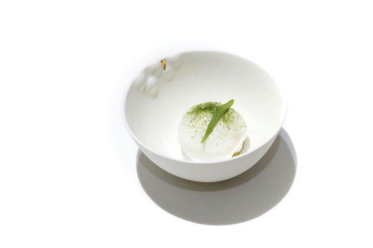 Anguria e mandorle: granita di anguria, spuma di mandorle dolci, polvere di dragoncello, mandorle amare grattugiate, la parte verde dell'anguria a cubetti