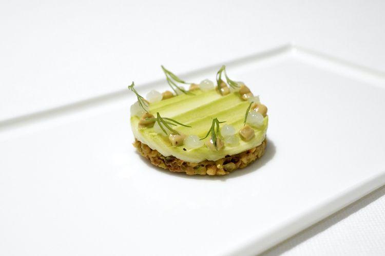 Delizioso questo Frollino 100% pistacchio, emulsione di miso al pistacchio e carpaccio di zucchina