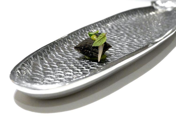 Taco al nero di seppia, pesto di basilico, alice marinata e menta