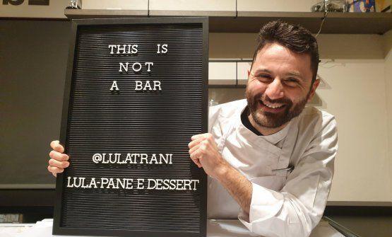 Luca Lacalamita di LuLa- Pane e Dessert, spiega con un'insegna cosa LuLa non è