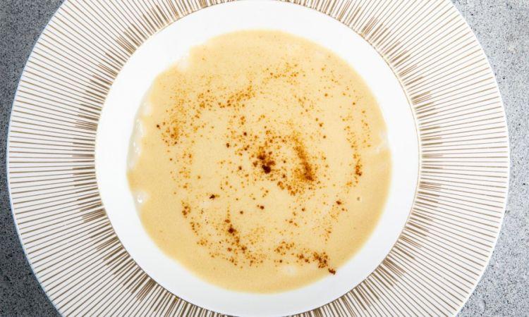 """Riso nascosto, salsa albufera e caffè:«E'un risotto cremoso, alla parmigiana, cucinato con brodo di pollo: riprendequindi riprende il classicismo del pollo con la salsa albufera, però concepito comeun risotto all'italiana, la salsa albufera """"nasconde"""" il riso nel piatto, e aggiungiamoqualche chicco di caffè per dare una leggera spinta amara»"""