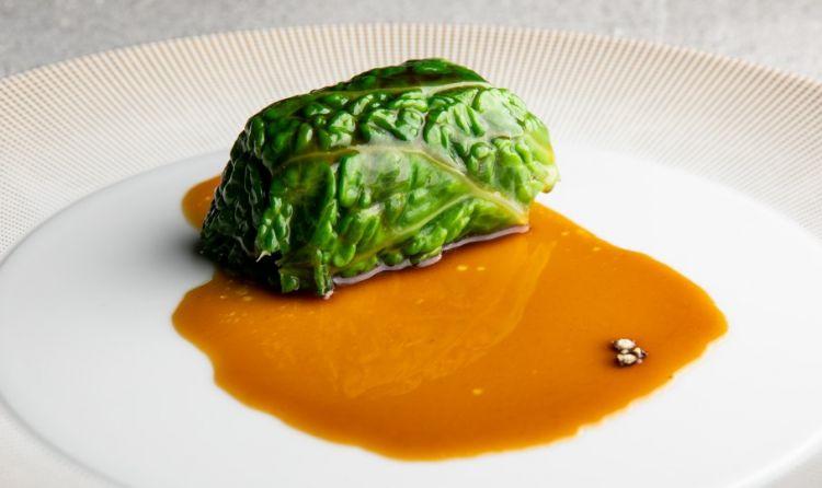 Fegato grasso e verza:«E' un piatto che porta con sé un'idea di milanesità, il fegato grasso viene cotto al vapore e poi avvolto nella verza. Poi completiamo il piatto conuna salsa di cassoeula, ottenuta seguendo la ricetta tradizionale, alla quale estraiamo tutti i succhi e li concentriamo in maniera naturale»