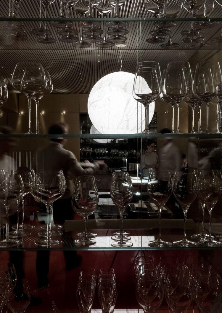 La lampada Moon(2005)che colpisce lo sguardo di chi sbircia dalle vetrate la sala de La Madonnina del Pescatore...