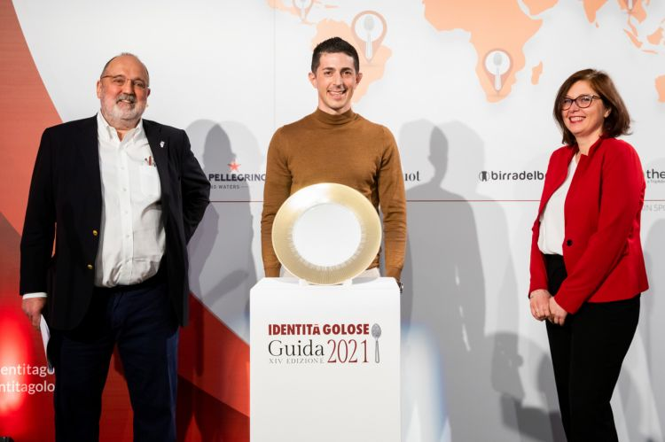 Paolo Marchi and Elisa Pozzi from San Pellegrino give the 2021 best chef  award to Michelangelo Mammoliti of La Madernassa in Guarene (Cuneo)