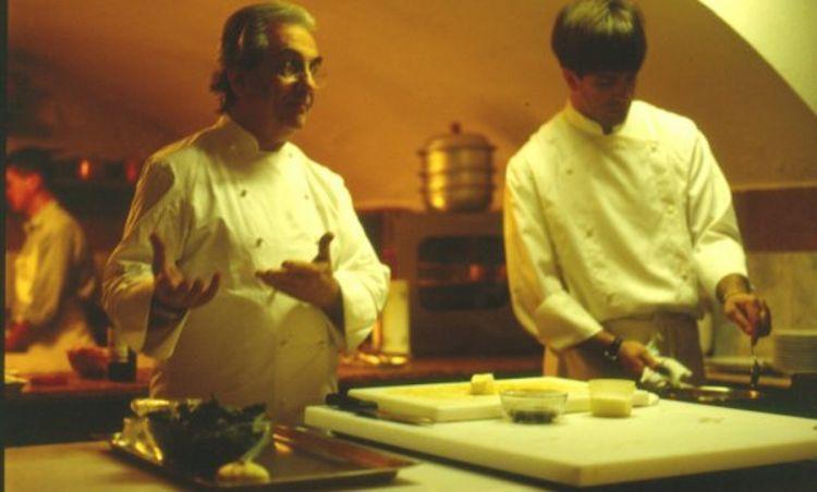 Davide Oldani giovane spalla del maestro Gualtiero Marchesi durante una lezione di cucina negli anni Novanta