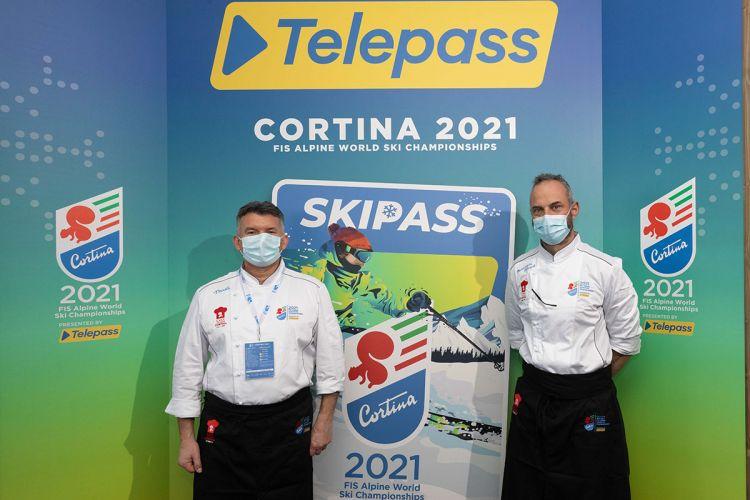 Massimo Alverà, a destra, con Graziano Prest del Tivoli di Cortina. Hanno fatto parte dello Chef Team Cortina, nei Campionati del Mondo di Sci Alpino appena conclusisi
