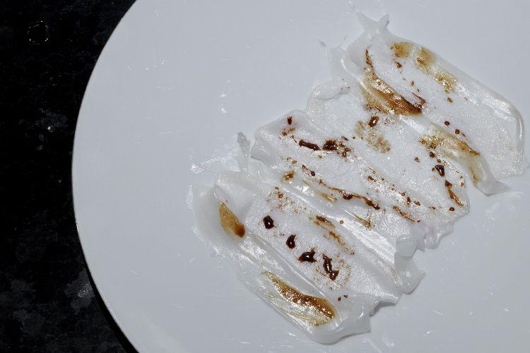 """Seppie e lardo, con un """"lardo"""" di mandorle (ossia mandorle lavorate come fossero lardo, foto sotto), più tintura di rosmarino"""