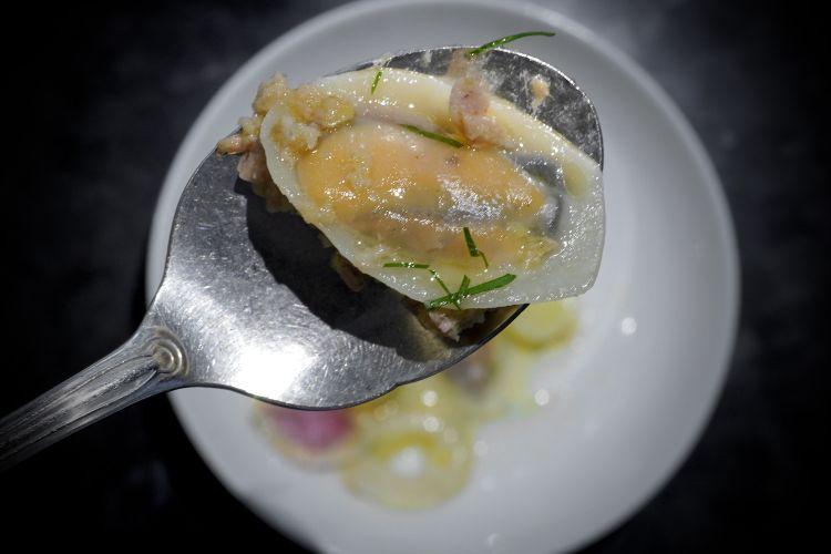 Insalata tiepida di mare in raviolo, capolavoro. Con insalata di tonno e carciofini