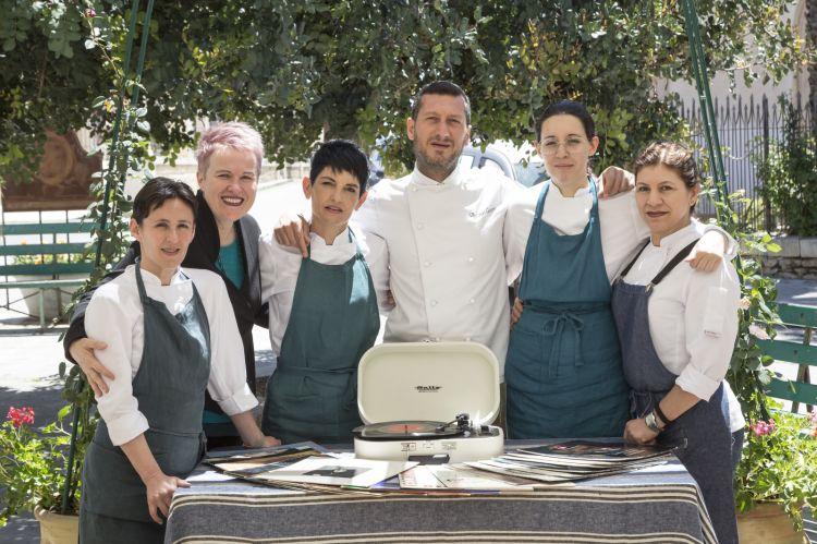Lo chef Antonio Cicero con la sua brigata (foto di Marcello Bocchieri)