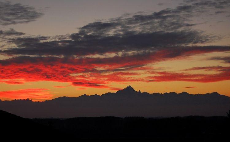 Il Monviso al tramonto visto da Bra. Foto di Fulvio314