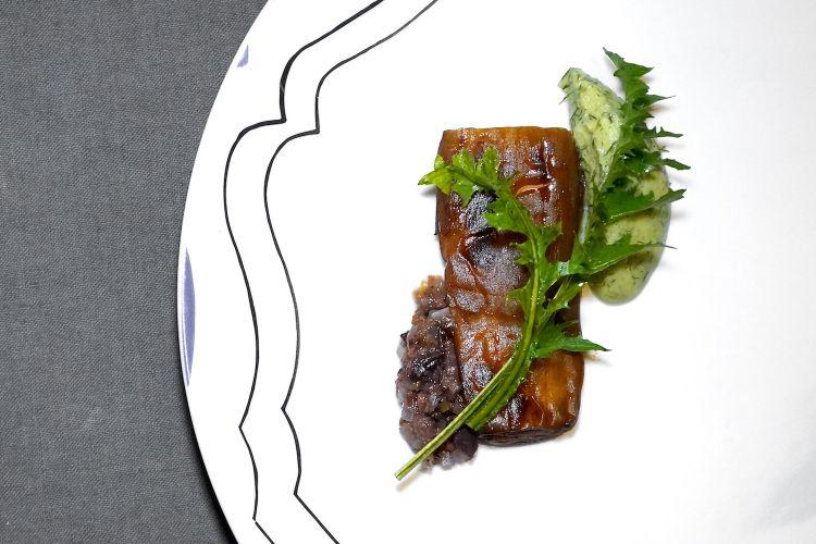 Melanzana in saor (fritta, poi in aceto con cipolle, olive e uvetta, infine passata al bbq). Il tutto viene accompagnato con pesto di mandorle, finocchietto e tarassaco