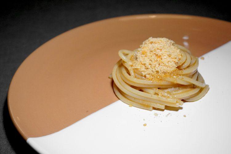 Spaghetti, ragù e bottarga di trota. La pasta è cotta nel succo del ragù, il piatto mette insieme l'allevatore e il pescatore. Risulta però un po' troppo sapido