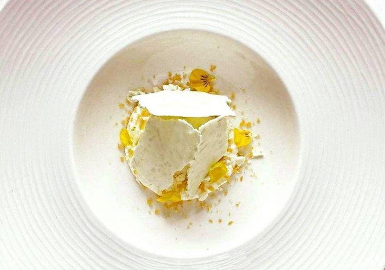 Mousse alla robiola, lime, avgotaraco e sorbetto al lime e zenzero: un dessert di Giacomo Lovato, Enoteca regionale lombarda a Milano