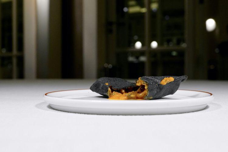 ...è una Cozza alla marinara in air bag di pane al nero