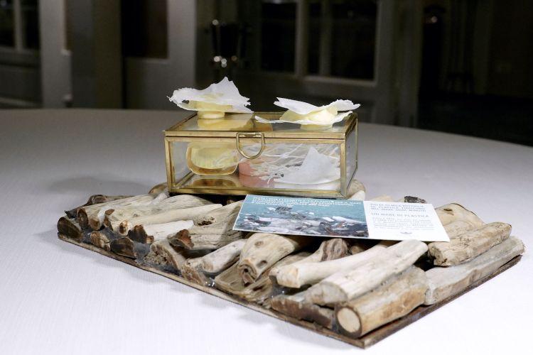 Mare di plastica, per denunciare l'inquinamento marino: finta plastica di pelle di latte essiccata, burro montato al limone e colatura di alici