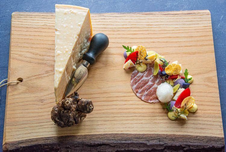 Parmigiano Reggiano 40 mesi, topinambur, sweet 'n sour, coppa di parma e birra Wentersch Pomp 4, del ristorante Lev in Olanda