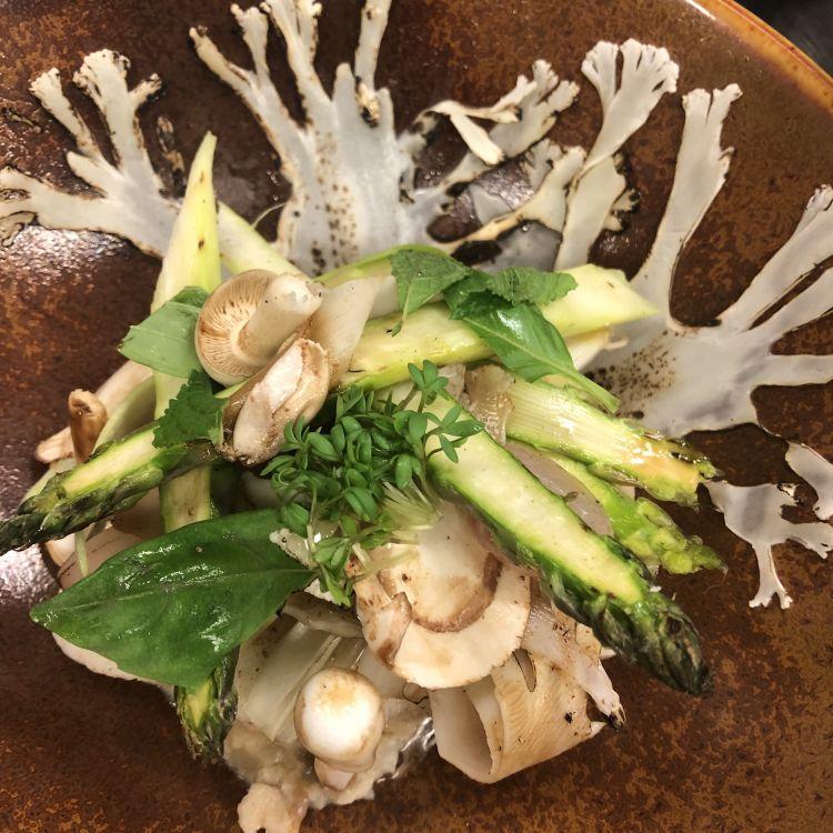 Parmigiano Reggiano 40 mesi, risotto, cavolfiore, merluzzo, funghi e asparagi bianchi, del ristorante Rozemarijn in Olanda