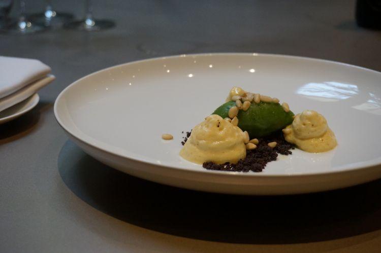 Sorbetto di basilico con crumble di olive taggiasche e pinoli