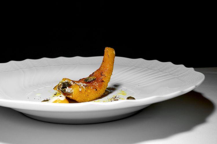 Zucca brulè: zucca caramellata, crema alla torba con salsa al burro bianco, caffè e mandorle amare