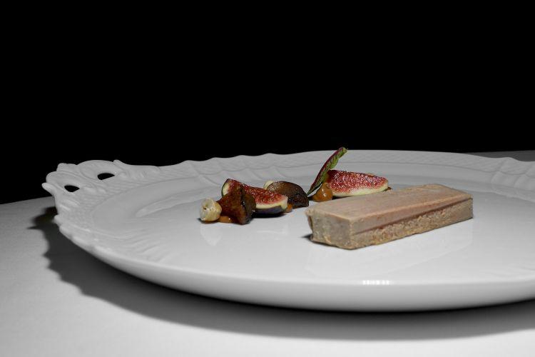 Terrina di foie gras etico aromatizzata alla grappa, brioche sfogliata e insalatina di fichi, cardoncelli ed emulsione di nocciole