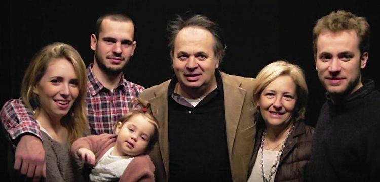 Giorgio Comotti al centro con la moglie Monica, i figli Giulia, Gabrio e Gregorio e la nipotina
