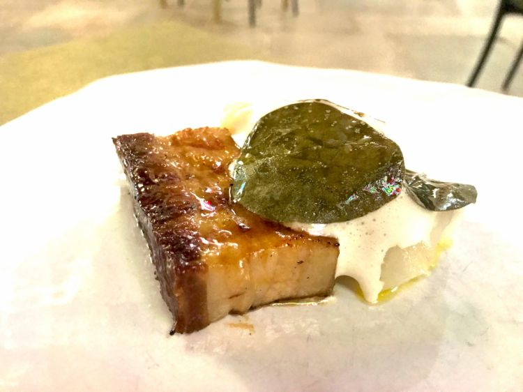 Pancetta di maiale laccata con tartarre di baccaà affumicato con la sua spuma e foglie di cappero sottaceto - credit AC