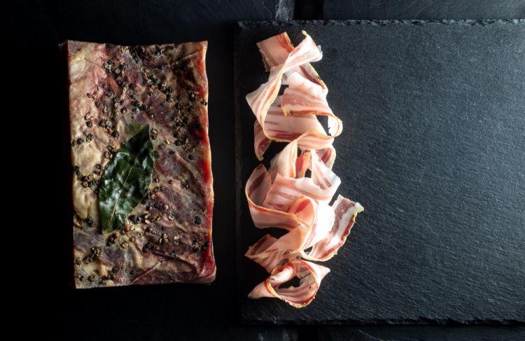 Alcuni prodotti di Ma! Officina gastronomica ottenuti dal suino nero delle Alpi: Pancetta
