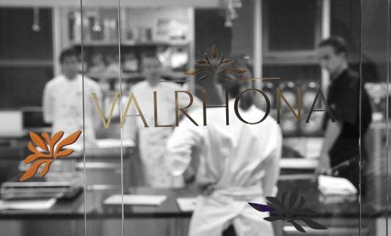 L'École Valrhona offre programmi di formazione di eccellenza, che vanno dall'iniziazione, al perfezionamento della gestualità e delle tecniche di precisione, permettendo a tutti gli allievi di sviluppare il proprio talento.