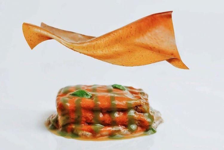 PIATTO FIRMA. Parmigiana di melanzane, besciamella di grano arso, velo di pomodoro.