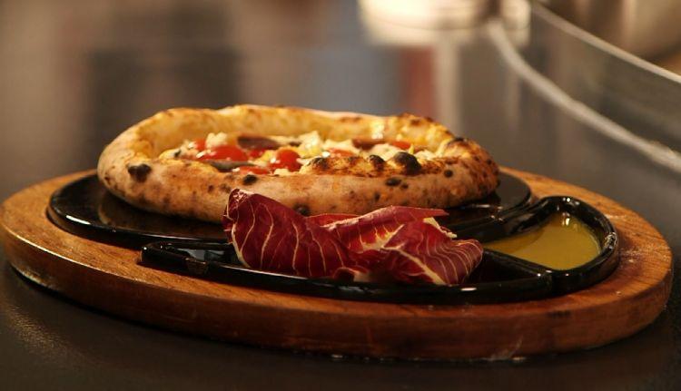 Una delle pizze del menu funzionale: al fianco della pizza vera e propria, l'extra-piatto