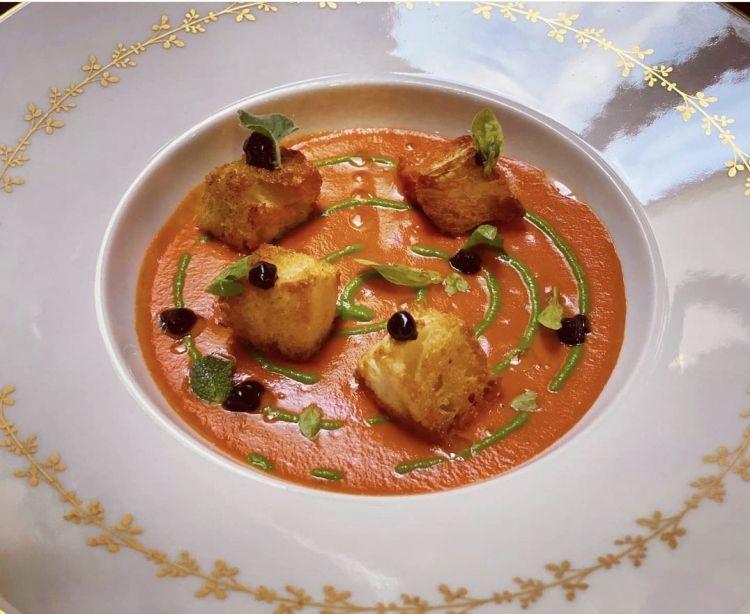Pesce Fujuto: coulis di pomodoro, pane raffermo, aglio e prezzemolo