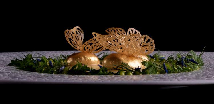 Fish and Chips si ispira a una ricetta che preparava la nonna di Andrea, Luciana, originaria di Rovigo: baccalà mantecato,laccato con aceto di mele su crema di patate con maionese di pesce. A chiudere piccole foglie di patate fritte
