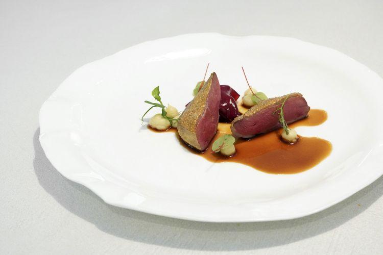 Ed eccellentissimo anche questo classicoPiccione, foie gras e ciliegie. Il petto è marinato nel latte e vino, secondo una ricetta dell'Antica Roma, poi spolverato di polvere di oro e accompagnato da crema di sedano rapa e da un velo di gel alla ciliegia che copra un foie gras al vapore