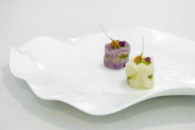 Causa rellena di patata bianca e viola, sarde di lago affumicate, avocado, rocoto
