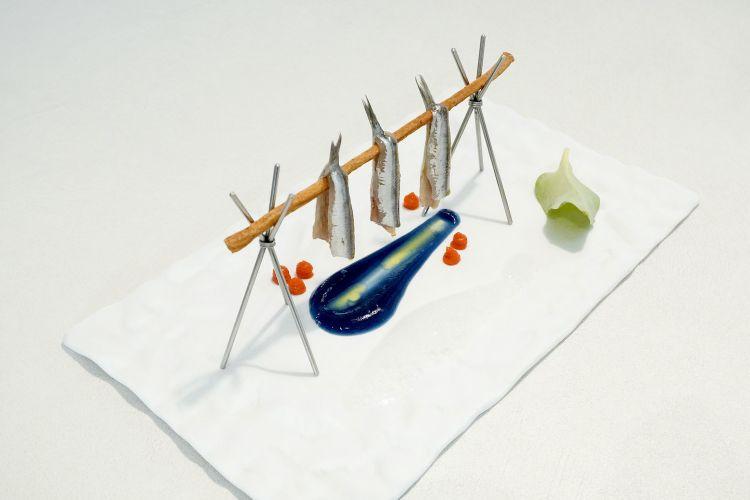 """Ricordo di Lofoten: grissino al finocchietto, alici marinate, """"acqua di mare"""" (dashi, bicarbonato, cavolo cappuccio), peperoni del piquillo, schiuma di acqua di cozze"""