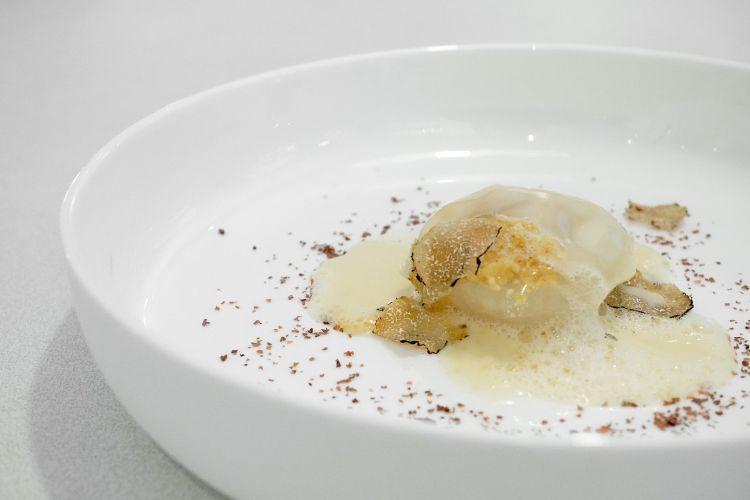 Bulbo, i 5 strati della cipolla e un formaggio: la cipolla è scomposta, cotta, ricomposta, la buccia in polvere, le falde al sale, il cuore, la radice e il catafillo brasati e in purea. Poi fonduta di Grana Trentino, gel di Vin Santo, lamelle di tartufo. Un classico di Brunel, ora ulteriormente evoluto