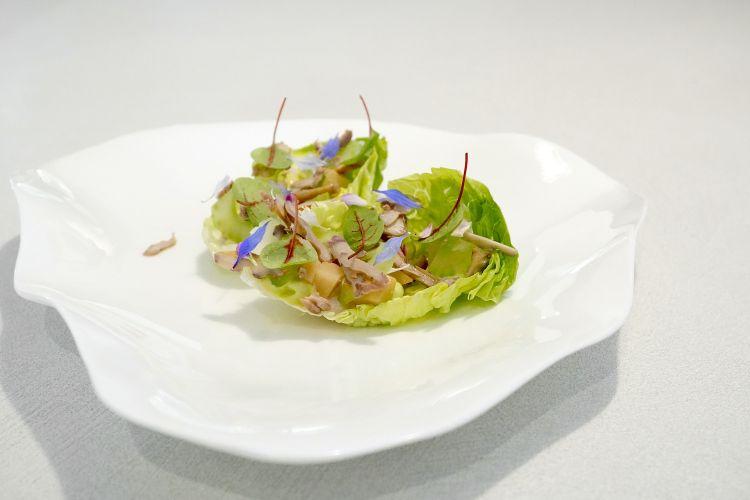 Foglia, ossia la reinterpretazione dell'insalata Waldorf conlattuga, sedano, mele, noci inacidite, yogurt, e miele