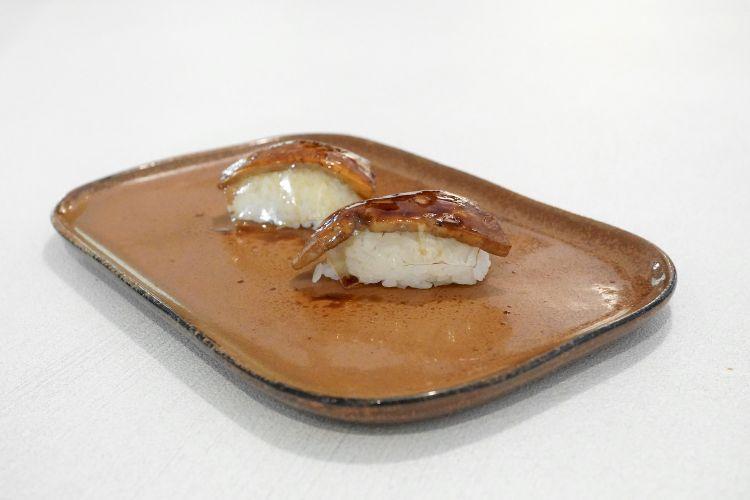 Nigiri-foie: nigiri di riso, composta di mango, scaloppa difoie gras alla piastra, salsa di soia, gel di passito Capitelli di Anselmi