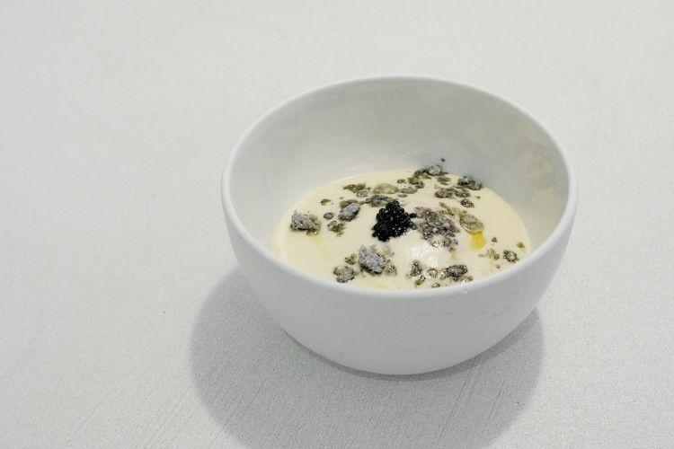 Uovo e uova, un piatto nato nel 1999 quando lo chef lavorava al Villa Negri di Riva del Garda e portò una prima volta la stella Michelin sulla sponda trentina del lago. Poi è sempre stato rielaboprato, oggi si basa su una spuma di topinambur, uovo di gallina poché, uova di trota e di storione, uova di seppia polverizzate. Un nuovo classico