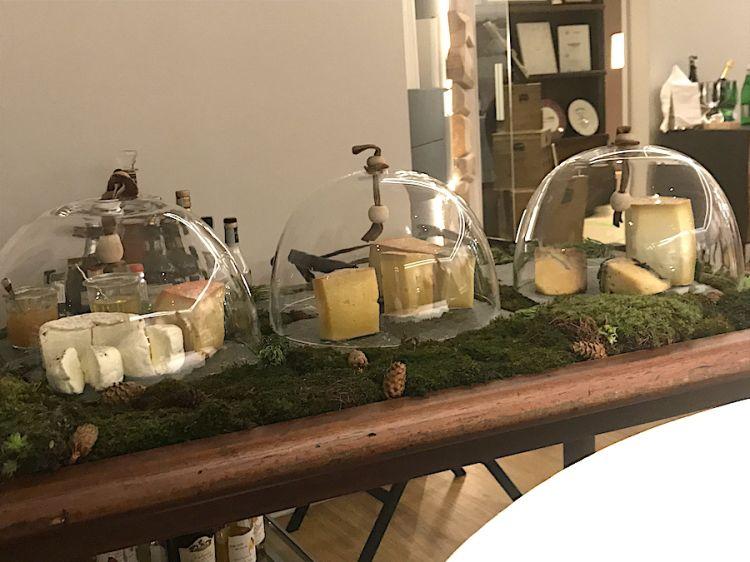 Il carrello dei formaggi al Petit Royal, ristorante guidato da Paolo Griffa
