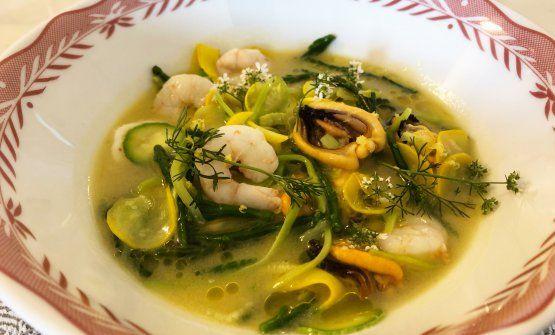 Brodetto marino con cozze, gamberi bianchi, salicornia con zucchini di diversi colori del ristorante Casa Buono a Ventimiglia (Imperia)