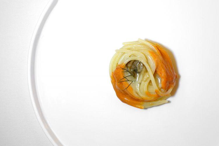 E già strepitoso è invece questo Spaghetto al limone e 'nduja di gamberi. La pasta è cotta in un'infusione di limone, poi questa 'nduja realizzata con le teste dei gamberi