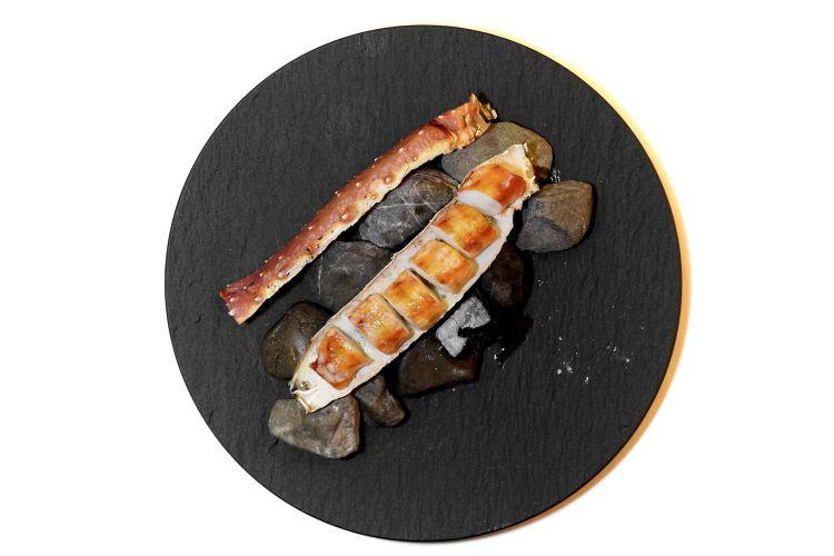 King crab alla brace consalsa olandese sifonata e aromatizzata con erbe fermentate e spezie