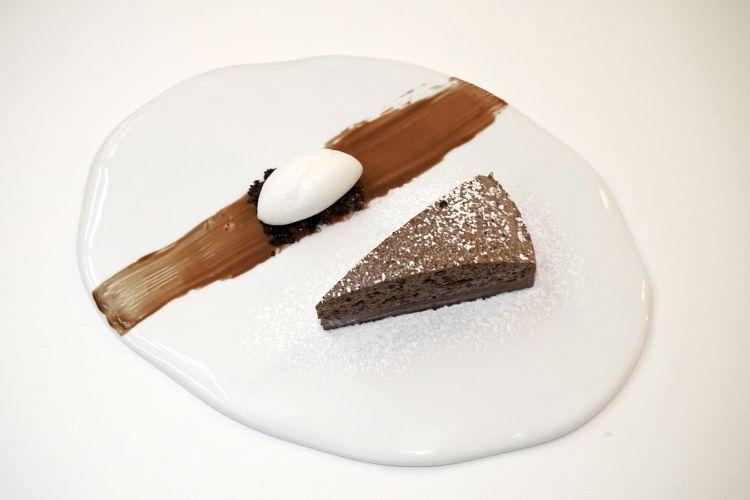 Caprese senza farina e pan di Spagna, ma con una meringa al cioccolato morbida lavorata in tre consistenze. A parte,un gelato all'amaretto